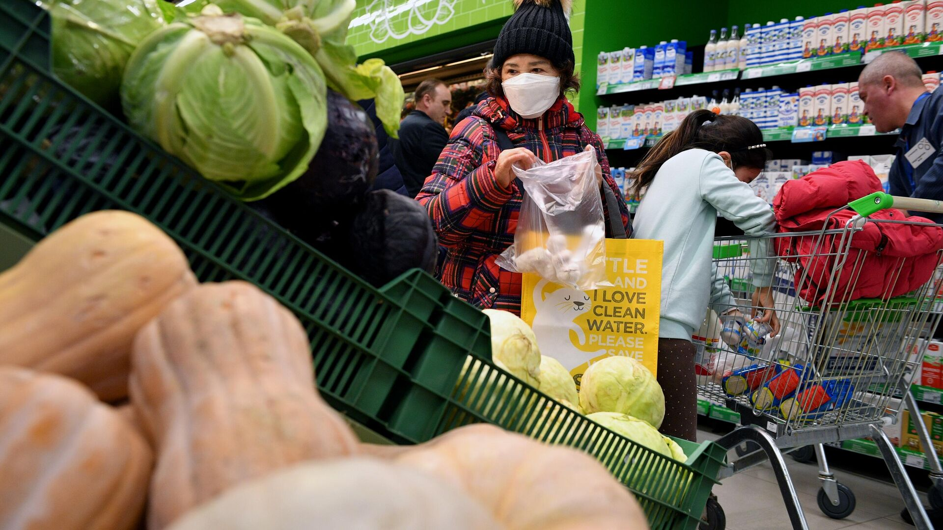 Покупательница выбирает чеснок в одном из супермаркетов в Москве - РИА Новости, 1920, 07.09.2021