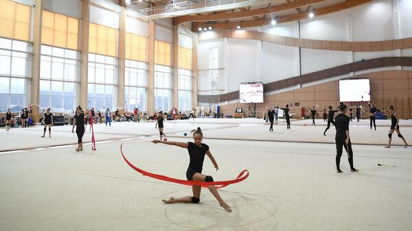 Гимнастки на тренировке в учебно-тренировочном центре Новогорск