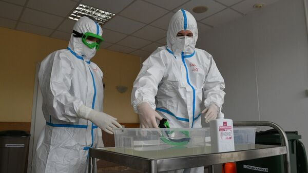 Медицинские работники в стационаре НМХЦ имени Пирогова, перепрофилированном для приема пациентов с коронавирусной инфекцией