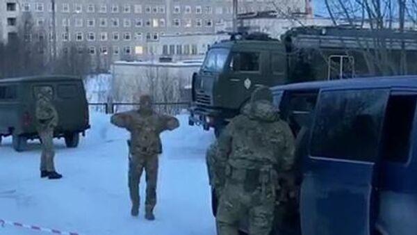 Сотрудники правоохранительных органов на месте ликвидации мужчины, планировавшего совершение теракта, в Мурманске