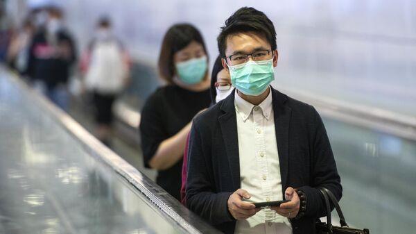 Пассажиры метро в медицинских масках в центральном районе Гонконга