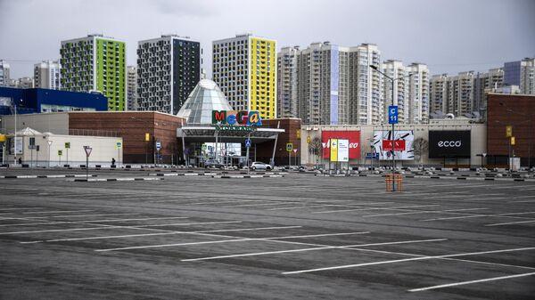 Опустевшая парковка у торгового центра МЕГА в Химках