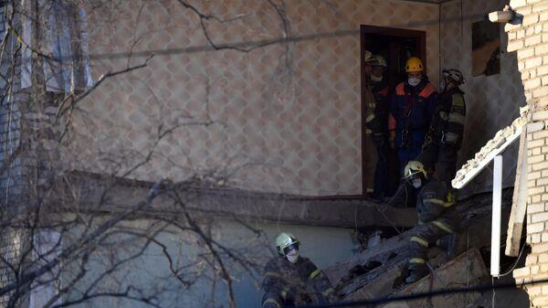Сотрудники МЧС РФ в поврежденном в результате взрыва бытового газа жилом доме в Орехово-Зуево