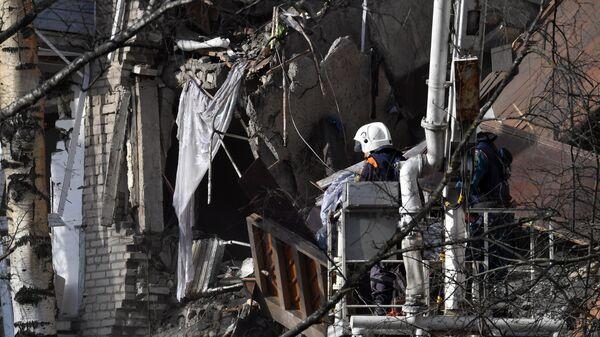 Сотрудники МЧС РФ у поврежденного в результате взрыва бытового газа жилого дома в Орехово-Зуево