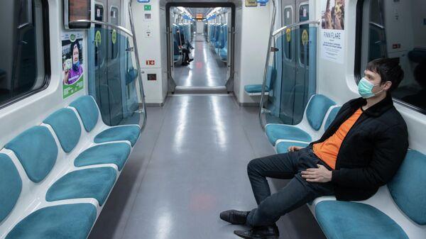 Мужчина в вагоне поезда метрополитена в Алма-Ате