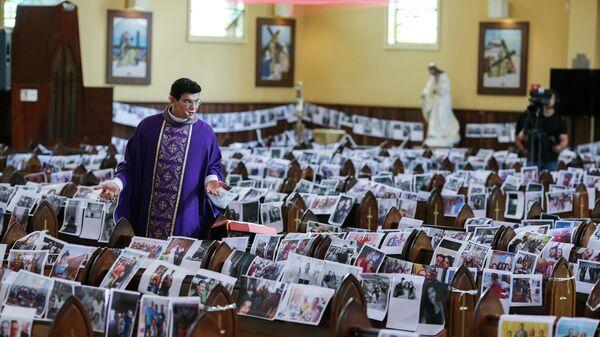 Священник ведет трансляцию в церкви в Куритибе, Бразилия
