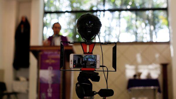 Священник ведет трансляцию в церкви в Мехиканосе, Сальвадор