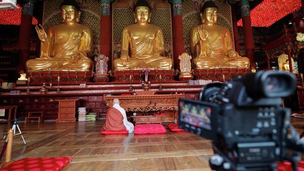 Монах проводит онлайн-трансляцию в храме Джогье в Сеуле, Южная Корея