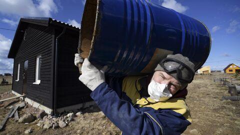 Житель Санкт-Петербурга во время самоизоляции строит дом в деревне