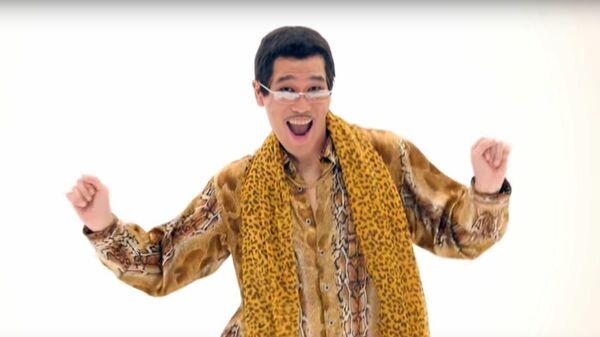 Кадр из видеоклипа PPAP (Pen Pineapple Apple Pen) японского исполнителя Pikotaro