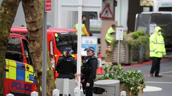 Сотрудники полиции дежурят возле больницы в Лондоне, где, предположительно, находится премьер-министр Великобритании Борис Джонсон