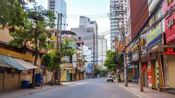 Пустая улица в курортном городе Нячанг во Вьетнаме