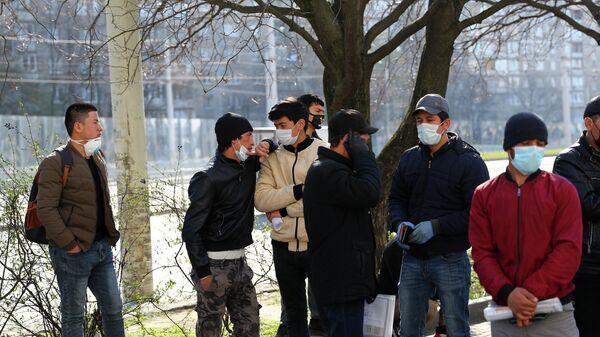 Мигранты у здания УФМС в Калининграде