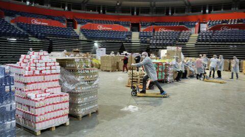 Волонтеры расфасовывают продуктовые наборы для пожилых людей, которым запрещено выходить из дома из-за пандемии вируса COVID-19 в Белграде