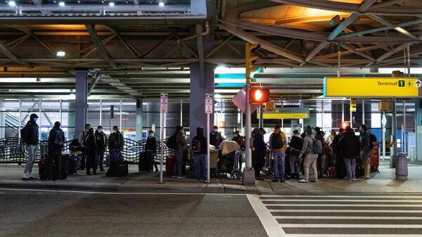 Российские туристы на территории Международного аэропорта имени Джона Кеннеди перед вылетом из Нью-Йорка в Москву