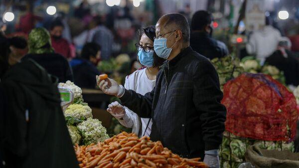 Люди покупают продукты на одном из рынков в Катманду