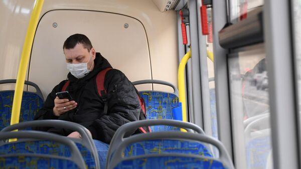 Мужчина в медицинской маске в салоне городского автобуса в Москве