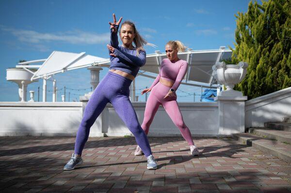 Тренеры фитнес-клуба Orange Fitness Алена Васильева (слева) и Алена Гульян ведут онлайн-трансляцию тренировки в Сочи