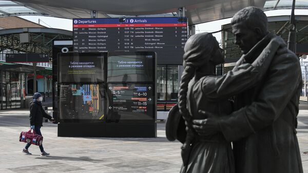 Молодой человек в защитной маске на Белорусском вокзале в Москве