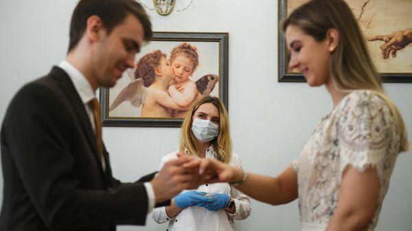 Молодожены во дворце бракосочетания №1 в Москве