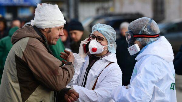 Волонтеры благотворительного фонда имени Елизаветы Глинки Доктор Лиза оказывают помощь бездомному в районе Ярославского вокзала в Москве