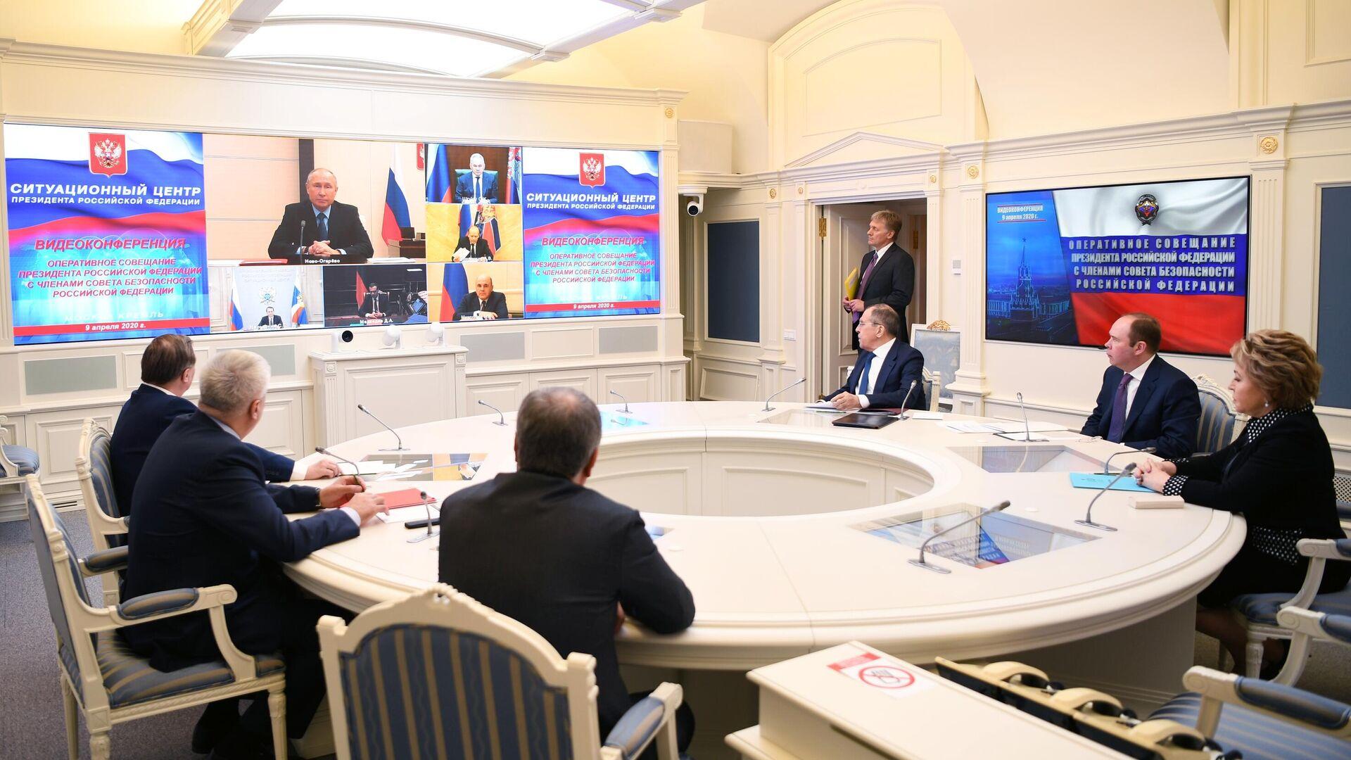 Путин допустил к государственной службе чиновников с двойным гражданством