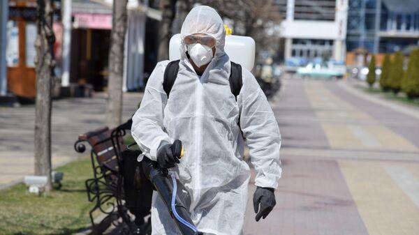 Сотрудник коммунальных служб проводит дезинфекцию территории на Кисловодском курортном бульваре