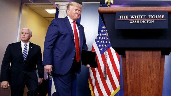 Президент США Дональд Трамп и вице-президент Майк Пенс во время брифинга о коронавирусе в Белом доме