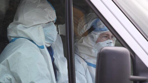 Санитары в автомобиле скорой помощи