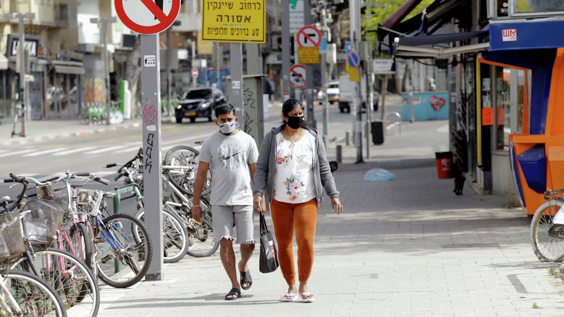 Прохожие в медицинских масках на одной из улиц Тель-Авива - РИА Новости, 1920, 06.03.2021