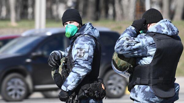 Сотрудники Росгвардии на въезде в Москву, где идет проверка автомобилей с регистрационными номерами других регионов