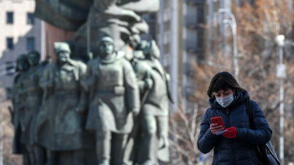 Женщина в маске на Калужской площади в Москве