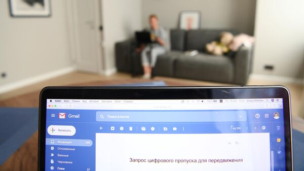 Житель Москвы проверяет в электронной почте пропуск для передвижения по городу, оформленный через сайт мэра и правительства Москвы