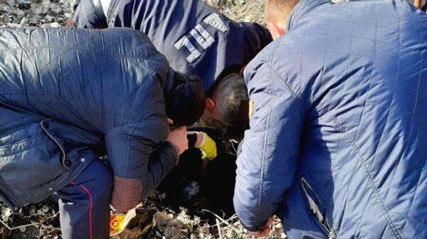 Полицейские спасают щенка из колодца