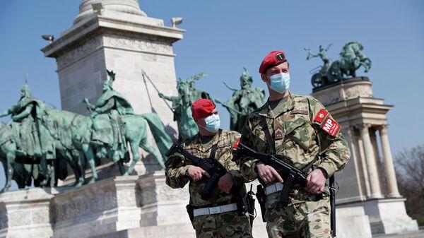 Сотрудники военной полиции патрулируют Площадь героев  в Будапеште, Венгрия