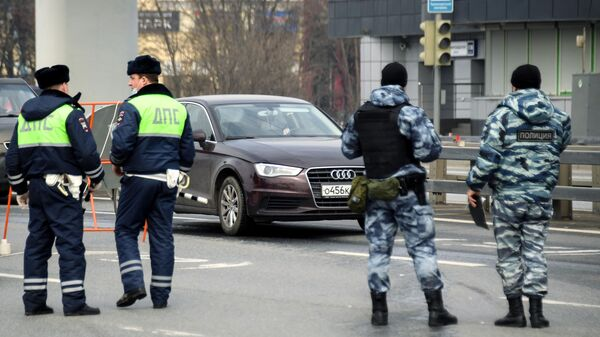 Сотрудники дорожно-патрульной службы ГИБДД и сотрудники полиции на блокпосту при въезде в Москву