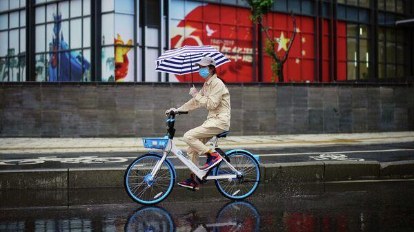 Женщина на велосипеде в Ухане, провинция Хубэй. 10 апреля 2020