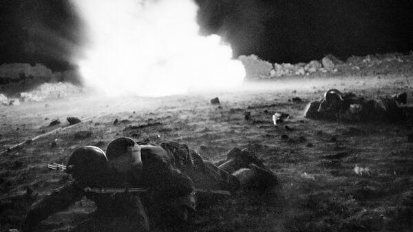 Ночью после боя санитары оказывают помощь раненым бойцам. Крымский фронт, апрель-май 1942 год.