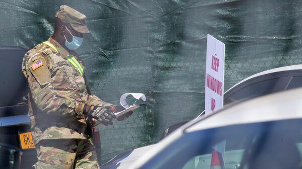 Военный в защитной маске в Нью-Йорке