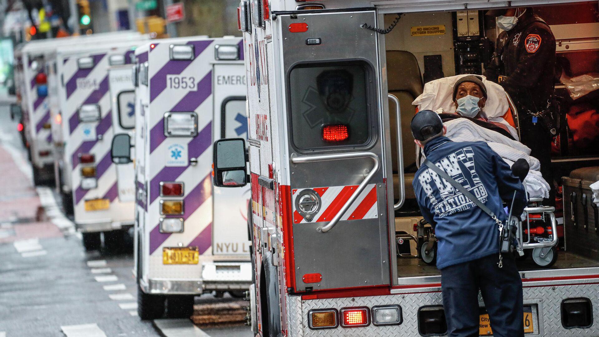 Пациент в машине скорой помощи возле медицинского центра NYU Langone в Нью-Йорке - РИА Новости, 1920, 26.09.2020