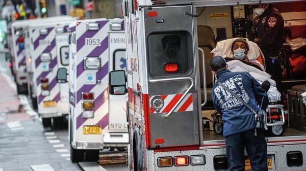 Пациент в машине скорой помощи возле медицинского центра NYU Langone в Нью-Йорке