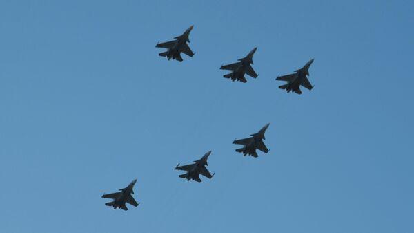 Истребители Су-30СМ 4-й армии ВВС и ПВО Южного военного округа репетируют полет в боевом порядке в виде цифры 7