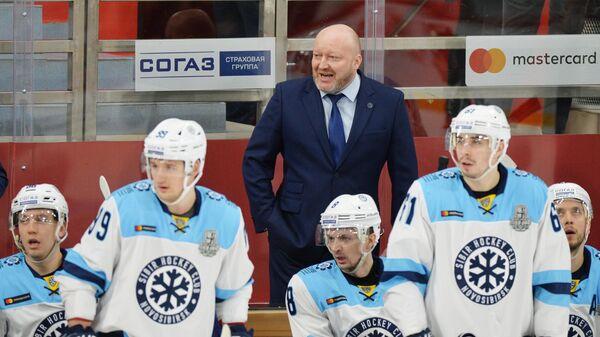 Николай Заварухин и хоккеисты Сиюири