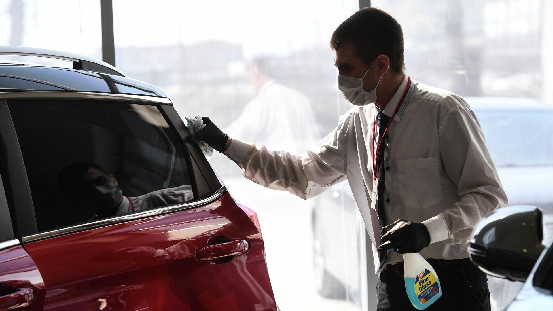 Сотрудник в одном из автосалонов компании Сибтрансавто-Новосибирск - РИА Новости, 1920, 26.11.2020