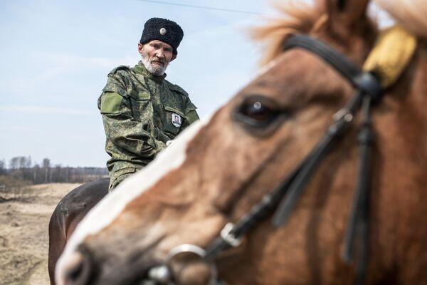Член станичного казачьего общества Рузского района патрулирует окрестности Рузы во время режима самоизоляции в Московской области