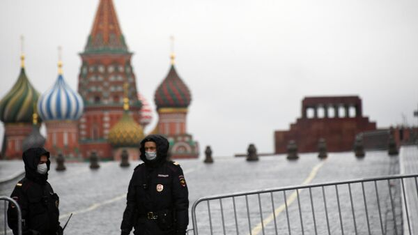Сотрудники полиции в защитных масках у входа на Красную площадь в Москве