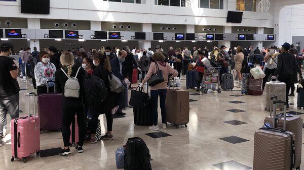 Российские туристы перед посадкой на рейс 2142 Анталья – Москва в аэропорту Анталия