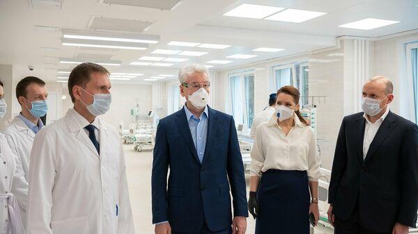 Мэр Москвы Сергей Собянин осматривает стационар для приема пациентов с коронавирусной инфекцией на базе частной клиники К+31 Сити в Москве