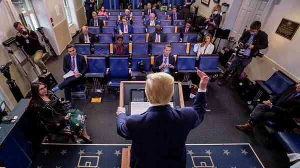 Президент США Дональд Трамп  выступает на брифинге о коронавирусе в Белом доме