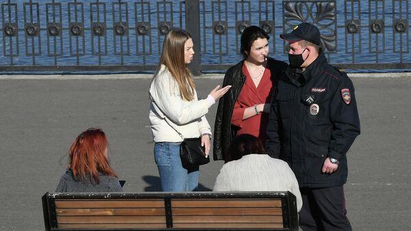 Сотрудники полиции проверяют документы у отдыхающих людей на набережной Енисея в центре Красноярска